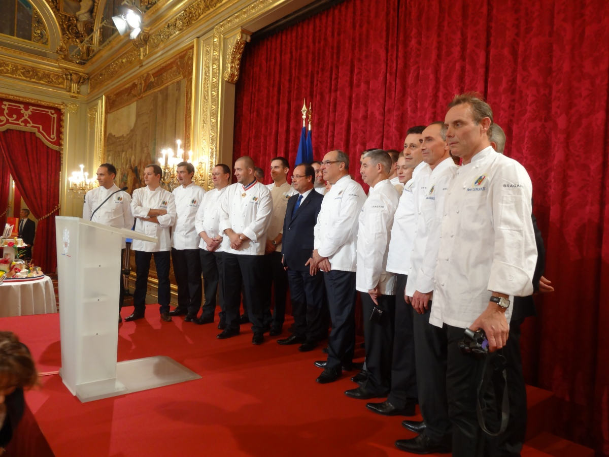 Le chef Bernard Vaussion entouré de sa brigade avec le Président Hollande